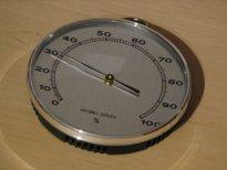 Kosteusmittari. Pyöreä malli, jossa viisari osoittaa kosteuslukemaa.